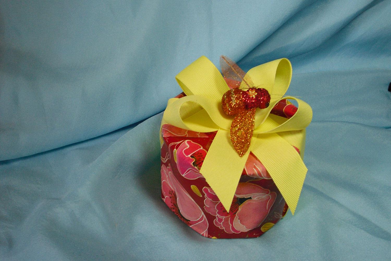 Упаковка подарка цилиндрической формы 72