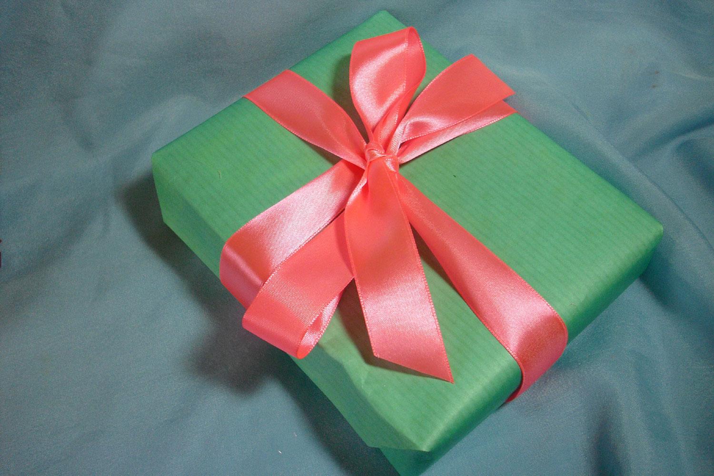 Как сделать бантик для упаковки подарка 8