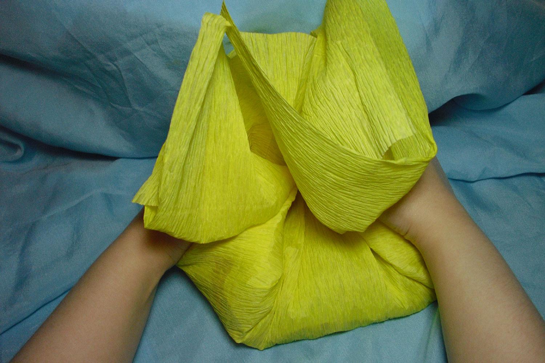 Сделать упаковку для подарка из гофрированной бумаги 48